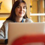 frau am laptop beim onlinekurs